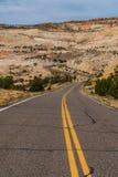 Stenlagd huvudväg i kanjonen och Mesa-land av sydliga Utah Fotografering för Bildbyråer