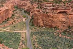 Stenlagd huvudväg i kanjonen och Mesa-land av sydliga Utah Arkivbild