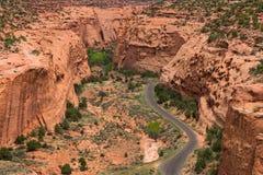 Stenlagd huvudväg i kanjonen och Mesa-land av sydliga Utah Arkivfoto
