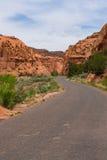 Stenlagd huvudväg i kanjonen och Mesa-land av sydliga Utah Royaltyfri Foto