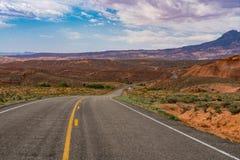 Stenlagd huvudväg i kanjonen och Mesa-land av sydliga Utah Arkivbilder