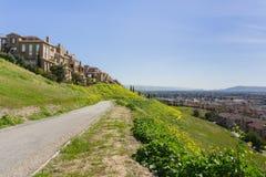Stenlagd slinga på kommunikationskullen; husutveckling som förbiser dalen; San Jose Kalifornien fotografering för bildbyråer