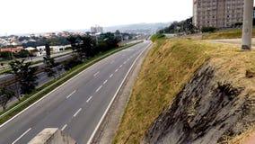 Stenlagd väg utan bilar och plattor Arkivfoto