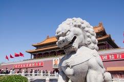 Stenlejon i den Tiananmen porten av himla- fred i Peking, Kina Arkivbilder