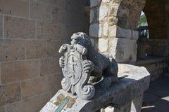 Stenlejon med emblemet Royaltyfri Foto