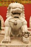 Stenlejoninna som bevakar ingången till den inre slotten av Forbiddenet City Beijing royaltyfri bild