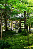 Stenlykta av japanträdgården, Kyoto Japan Fotografering för Bildbyråer