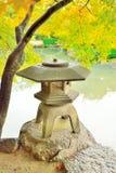 Stenlykta i japanträdgård på den Toji templet i Kyoto Fotografering för Bildbyråer