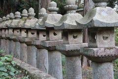 Stenlyktor dekorerar ett trädgårds- (Japan) royaltyfri bild