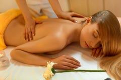 Stenmassage på white Blondin som får rekreationmassage i den Spa salongen Welln Arkivfoto