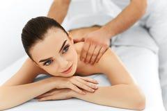 Stenmassage på white Massagetillvägagångssätt i den skönhetSpa salongen kvinna för vatten för brunnsort för hälsa för huvuddeloms royaltyfria bilder