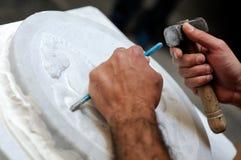 Stenmurare på arbete som snider en dekorativ lättnad Royaltyfri Bild