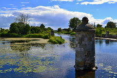Stenpelare i floden Arkivfoton