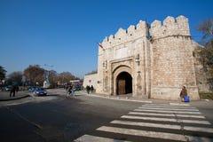 Stenport av den forntida fästningen Arkivfoton