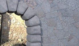 Stenporthörn med väggen och skräp royaltyfri foto