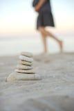Stenpyramid på strand Royaltyfria Foton