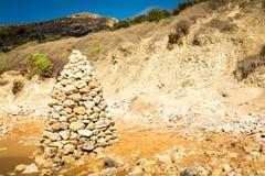 Stenpyramid på stranden, Malta Arkivfoto