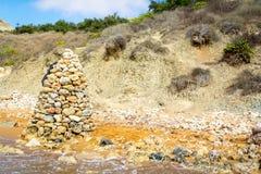 Stenpyramid på stranden, Malta Arkivfoton