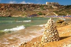 Stenpyramid på stranden, Malta Fotografering för Bildbyråer