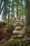 Stenpyramide i skogen royaltyfri bild