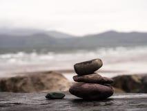 Stenpyramide på den Rossbeigh stranden i Irland på en regnig dag royaltyfri foto