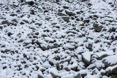 Stenraslutning som täckas med snö arkivbilder