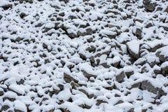 Stenraslutning som täckas med snö fotografering för bildbyråer