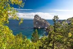 Stenrock i havet Arkivbild