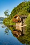 Stensjöbod med bryggan och reflexioner Royaltyfri Bild
