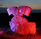 Stenskulptur i kulört ljus Arkivbild
