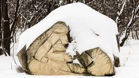 Stenskulptur som täckas med snö Arkivfoton
