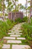 Stenslinga i trädgård arkivfoto