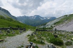 Stenstad i den Yarloo bergdalen med stenmonument altaidagar sist bergsommar siberia Ryssland arkivfoto