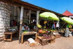 STENSTAD, TANZANIA - JANUARI 9, 2015: Fruktmarknad i stenstad Royaltyfria Bilder