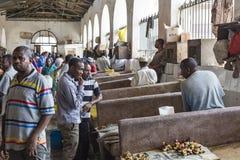 STENSTAD, ZANZIBAR - JANUARI 15: Säljare erbjuder den nya fisken Fotografering för Bildbyråer
