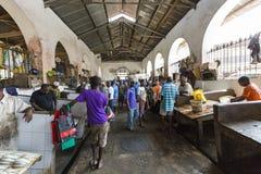 STENSTAD, ZANZIBAR - JANUARI 15: Säljare erbjuder den nya fisken Royaltyfria Foton
