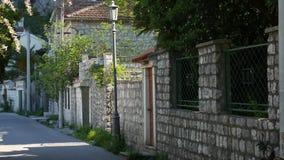 Stenstaket i Montenegro nära havsvilla arkivfilmer