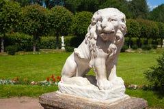 Stenstaty av ett lejon Arkivbild