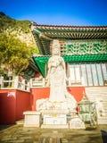Stenstaty av Gwanseeum-bosal på den Sanbangsa templet Också bekant Arkivfoto