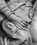 Stenstatydetalj av den mänskliga handen Arkivfoto