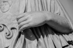 Stenstatydetalj av den mänskliga handen Arkivbilder