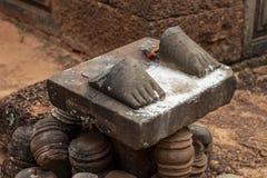 Stenstatyfoten fördärvar i det Angkor Wat tempelkomplexet, Cambodja Bruten statyfot på sockel royaltyfri bild