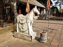 Stenstatyn av hästen i jordningen av den Hoa Lu citadellen, Vietnam Arkivbilder