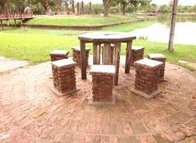 Stenstolar och tabell för runda åtta Arkivfoto