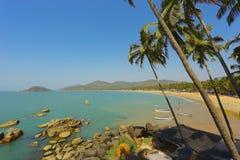 Stenstrand nära ön i Indien Royaltyfri Foto