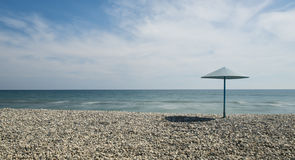 Stenstrand och blå himmel fotografering för bildbyråer