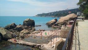 Stenstrandalupka, södra kust Krimet royaltyfria bilder