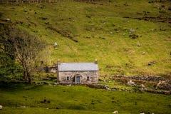 Stenstuga i landet Ståndsmässiga Donegal ireland arkivbilder