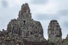 Stentempel med framsidor i Cambodja arkivbilder