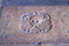 Stentjock skiva med skallen och ben royaltyfri foto